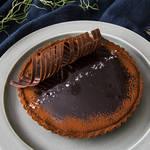 甘さと塩っぱさがクセになる本格塩チョコレートタルト!