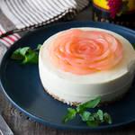 食べられる芸術作品♡ほんのりピンクに色付いたりんごのレアチーズケーキ