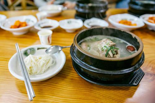 Artit Wongpradu/Shutterstock.com (22102)