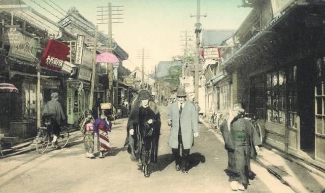 当時の横浜・元町。右上に「FUJIYA」の看板が見える...