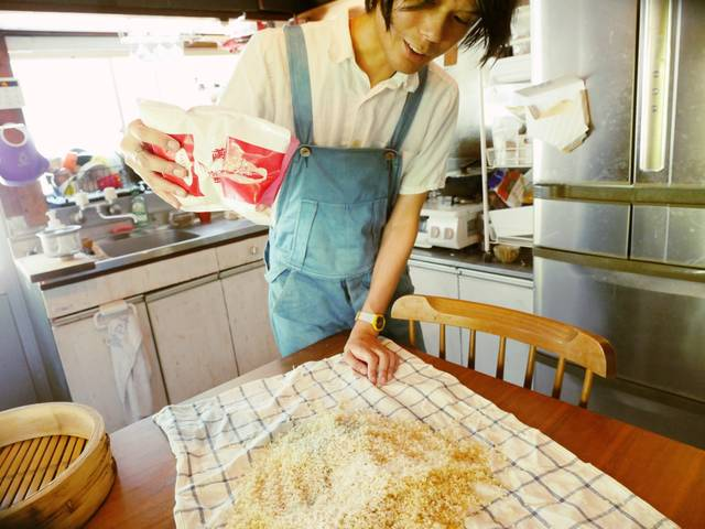 蒸した玄米に麹菌をかける