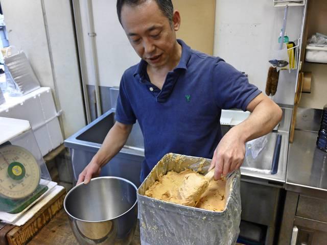 池島酒造から届いたひね粕を容器に移す