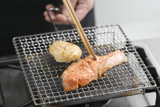 まずは紅鮭と帆立貝柱を焼く