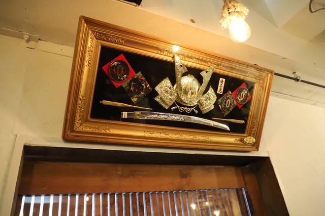 入口の上には兜や刀など侍の装備品が