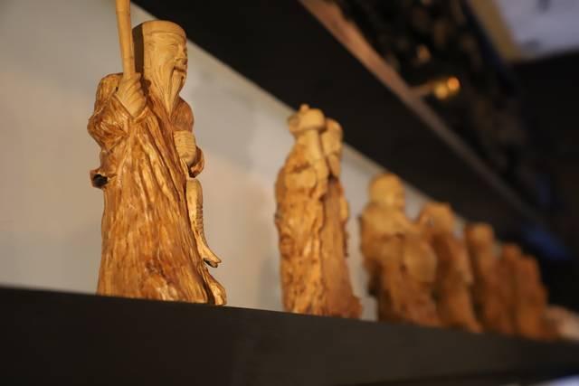 骨董品店で揃えられた七福神の置物