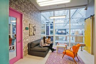 家のようにくつろげるオフィス発見!「Airbnb」の注目されるオフィス内装まとめ