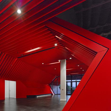 http://www.dezeen.com/2013/11/11/fox-head-offices-arranged-like-a-city-street-by-clive-wilkinson-architects/ (1040)