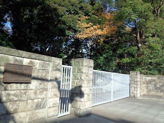 となりは三菱開東閣の入口