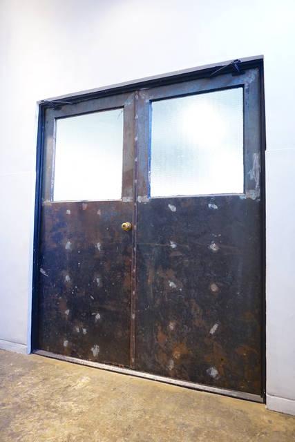 元々の塗装を剥がし、エイジング加工した扉