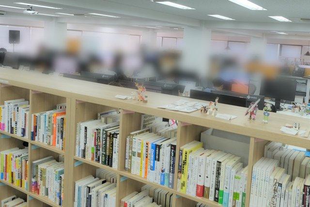 幅広い本棚とワンフロアの執務スペース(5階)