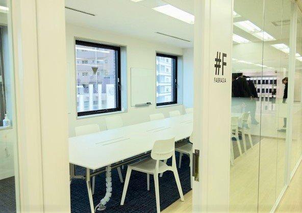 オープンな社風らしくガラス張りの会議室。名前はファブリ...