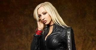 """ALICE COOPERのギタリストとして知られるLAのハードロック・ギタリスト、NITA STRAUSSが""""Mariana Trench""""のライヴMVを公開"""