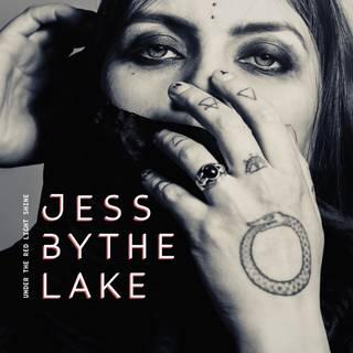 フィンランドのサイケデリック/ハードロック歌姫1stソロ・プロジェクト JESS BY THE LAKE『Under The Red Light Shine』