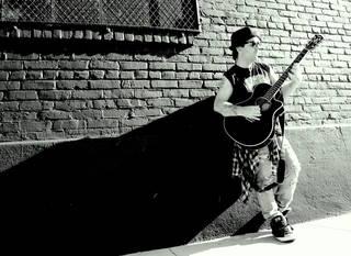 【インタビュー】「音楽業界で何か変化が起こらない限り、新しいアーティストは立ち往生してしまう」ジャンカルロ・フロリディア(FAITHSEDGE/vo,g)