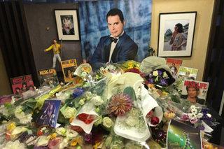 11/24、フレディ・マーキュリーの命日にシンコーミュージックのイベント・スペースにて追悼献花式を開催