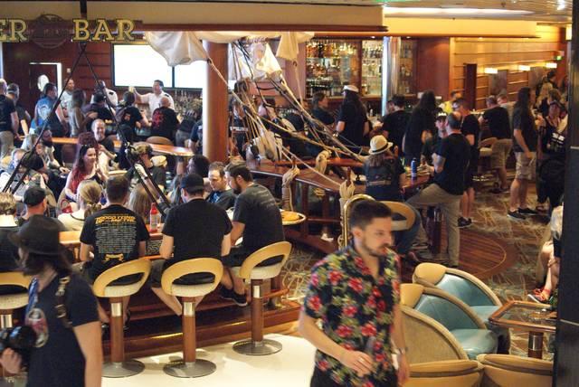 乗船直後にかなりの人が集まっていたデッキ4の中央部にあ...