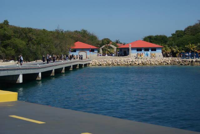 島の入り口。島を出る時に右の建物で荷物とボディチェック...