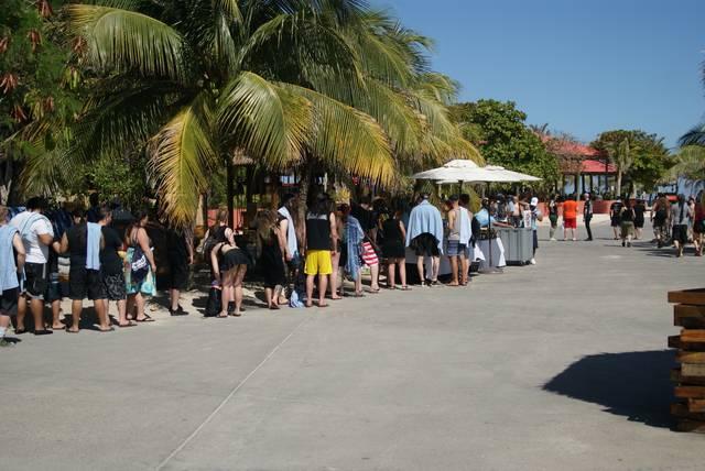 ビールを求めて並ぶ人たち。ピーカン照りの下、南の島で飲...