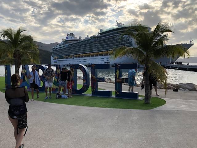 さらば、ハイチ!船をバックに最後の記念撮影