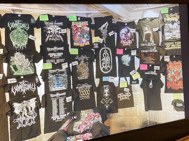 びっちりと壁に貼られたTシャツたち ここでしか買えない...
