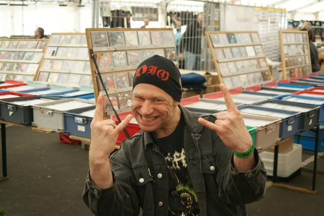 探していたレコードを探し当てて大喜びのマニアさん