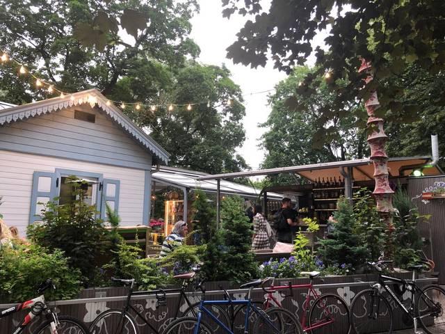 小洒落たオープンテラスのカフェレストラン