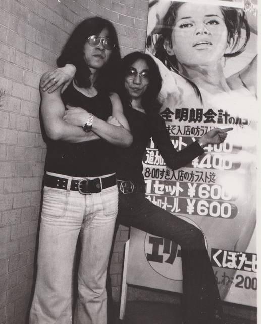 1973年、レインボー入り口にてDJの和田誠さんと。二...