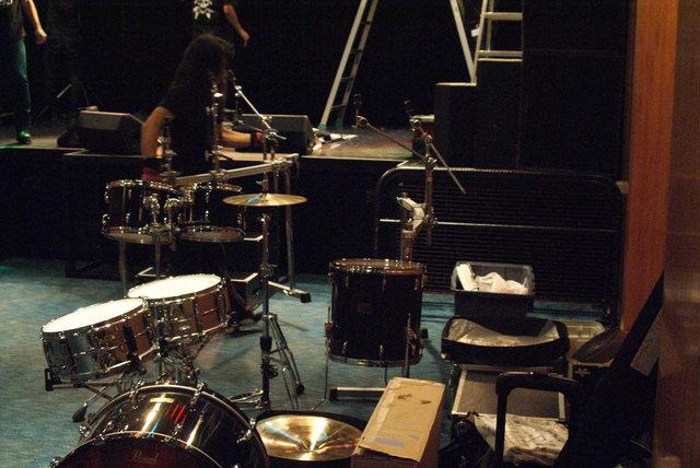 田丸は「アツ~」と言いながら自分のドラムセットをテキパ...