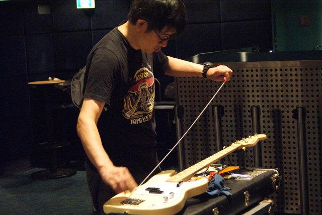 柴田の指示によりこの日のメインとなるベースの準備を始め...