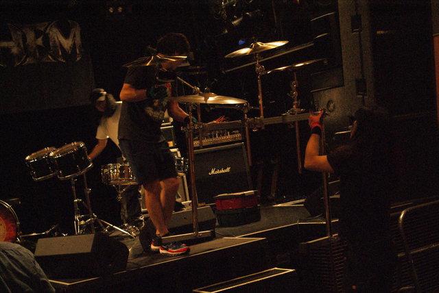残りのスタッフとメンバー総出でステージにドラムがセット...