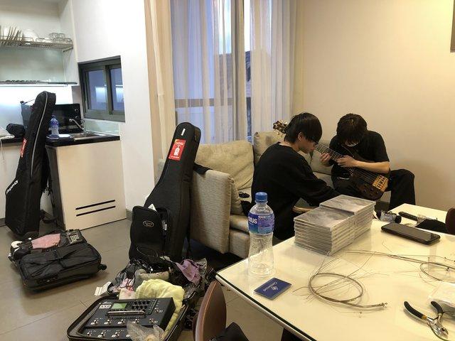 ホテルで合流後、各自機材のセットアップを行う。