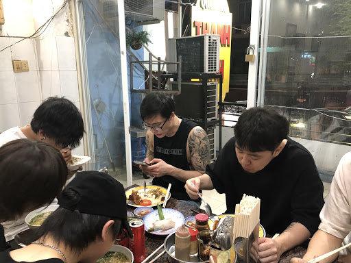 食堂では各自プレートか麺類を食べていた