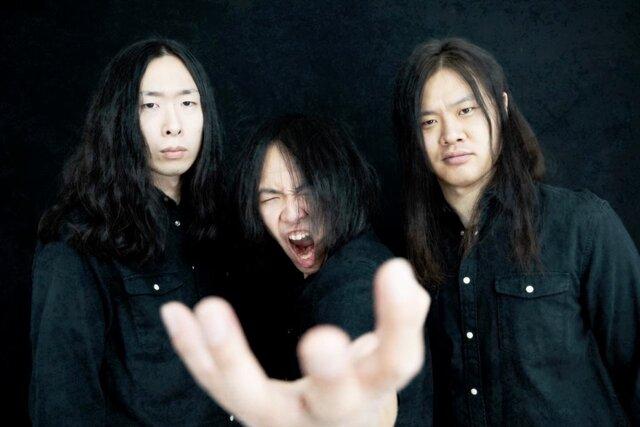 左より、白川昌秀(Ba)、礒江太生(Gt &Vo)、杉...