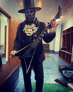 LIMP BIZKITのギタリスト左手の負傷を物ともせず!
