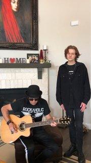 WARRANTのErik Turnerが息子と懐かしの「I Saw Red」をアコースティック演奏!
