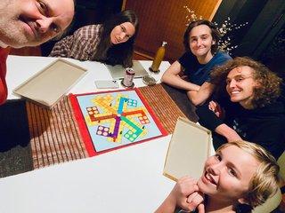 自宅待機中にMETALLICAのLars Ulrichは家族でボードゲーム!