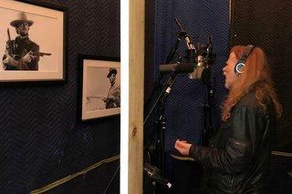 デイヴ・ムステイン、自宅でボーカルを録音する