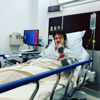 Ricky Warwick、病院からメロイック・サイン!