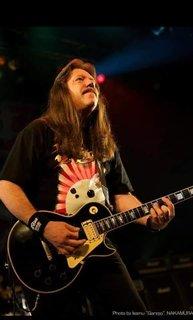 初期RIOTのギタリストだったL.A. Kouvarisが死去