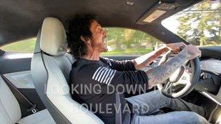カラオケ・ドライブ!ディーン・カストロノヴォが車でJOURNEYの「Don't Stop Believin'」を熱唱!