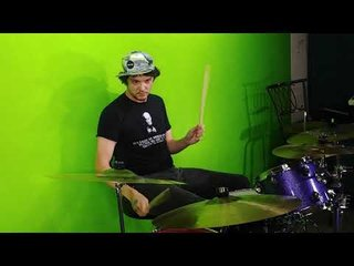 ドラムを叩いているのはIRON MAIDENのニコ・マクブレイン……の息子!