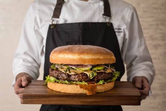 グランド ハイアット 東京で過去最大級、総重量約4kgのバーガー提供