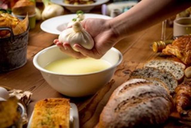 世界初となる「ブラックブッラータチーズ」の開発に成功 ※画像は通常の「ブッラータチーズ」のもので、 「ブラックブッラータチーズ」の画像とは異なる