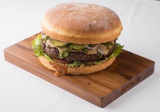 総重量およそ4kgの超巨大バーガー