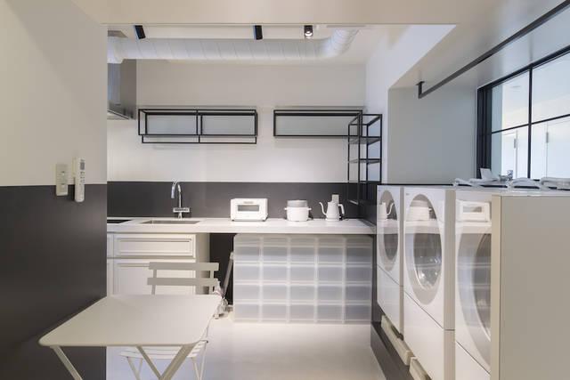 (共用部)2~8Fエレベーターホールに設けたランドリーキッチン。洗濯機の待ち時間がコミュニケーションのきっかけに