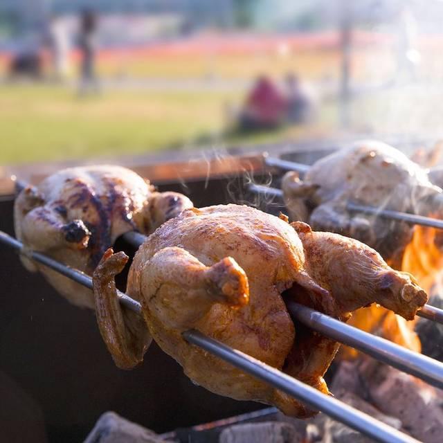 炭火でじっくり焼き上げるロティサリーチキン