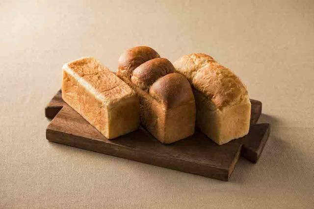 左から「365日×食パン」303円(税込)、「北海道×食パン」432円(税込)、「福岡×食パン」368円(税込)