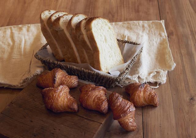 奥「やわ肌食パン」540円(税込)、手前「元祖発酵バター使用米粉クロワッサン」357円(税込)