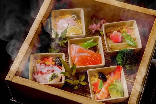 せいろで蒸した温かい寿司「蒸し寿司」を提供