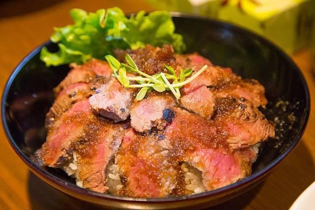 「ガッツリ!牛サーロインステーキ100g丼」200円(税込)